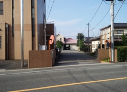 古岡整形外科の病院右側に駐車場入口があります