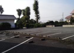古岡整形外科の病院裏に30台駐車可能の駐車場が御座います