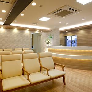 患者様の受付カウンターと待合室です。