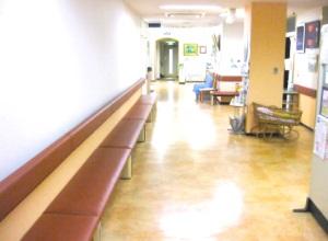 古岡整形外科の待合スペース